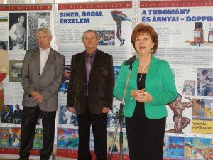 Székyné dr. Sztrémi Melinda nyitotta meg a kiállítást, mögötte két olimpiai bajnokunk, Szalay Miklós és Básti István.