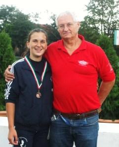 Diszkoszvetésben szerzett bronzával Ódor Vivien, és edzője, Fábián Gábor.