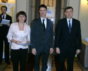 Kalmár Ibolya Balogh Gábortól, az MDSZ elnökétől (középen), és Sipos Imre helyettes államtitkártól vehette át a díjat.