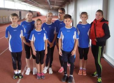 A SAC U13-as csapata a miskolci pályaversenyen, Mrakics Nikolett csapatvezetővel.