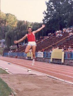 Szalma László 810 centis ugrása a salgótarjáni Kohász Stadionban, 1985-ben.