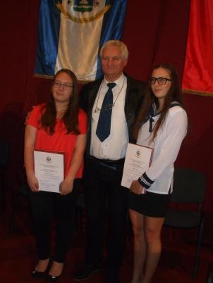 A Jó tanuló, jó sportoló díjátadáson (balról): Szrenka Viktória, Fábián Gábor edző és Ódor Vivien.