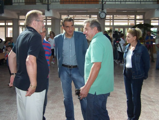 Idén is bírkózó, ezúttal dr. Hegedűs Csaba (képünk bal szélén) olimpiai bajnok volt a városi sportnap díszvendége, aki a futóverseny díjainak átadása után a város vezetőivel is külön beszélgetett