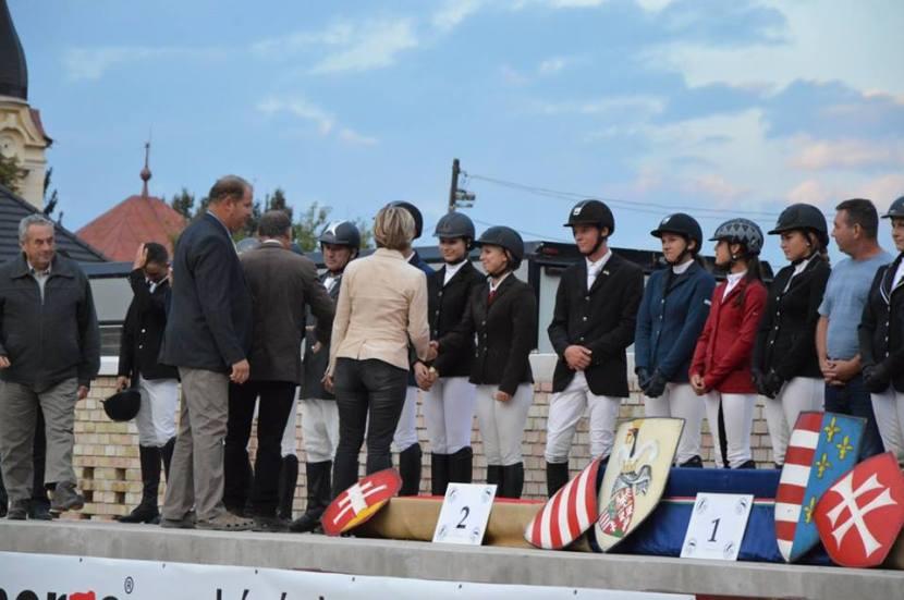 a-4-helyezett-nogradi-csapat-tagjainak-gratulalnak