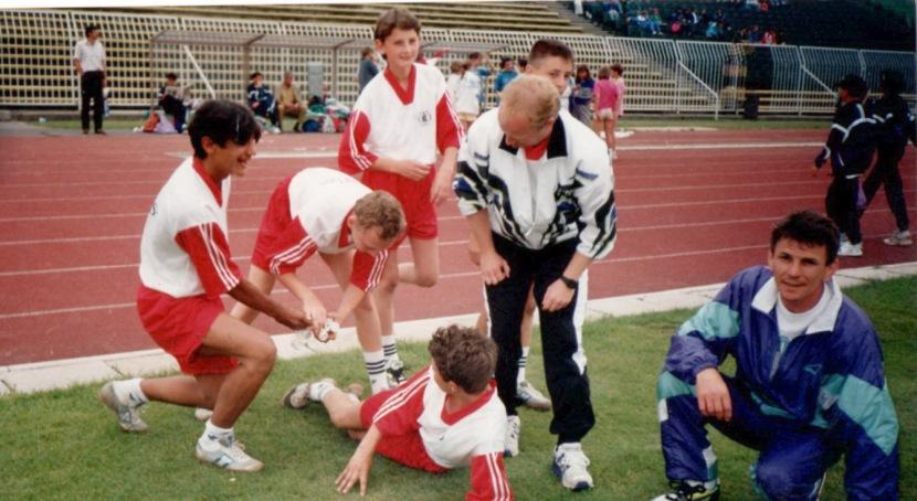 atletakkal-a-nepstadionban-a-kep-jobb-szelen-batka-jozsef-jobb-szelen-az-altakkal-a-n